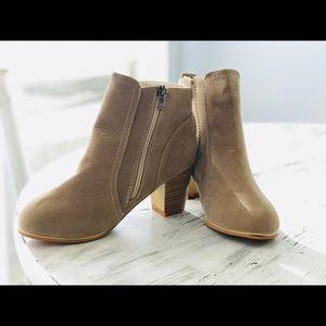 Shoes - ADORABLE Beige Booties 👢